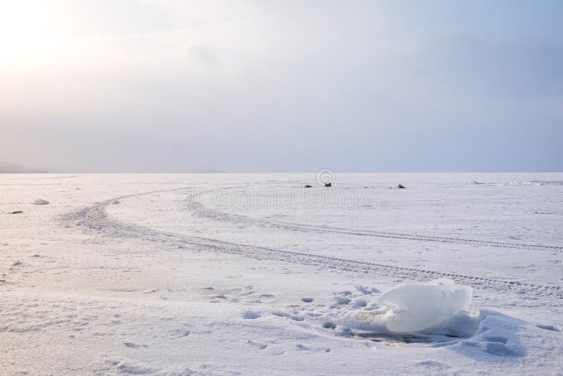 Hielo en el lago congelado imagenes de archivo