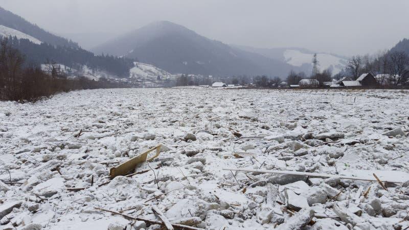 Hielo en el río Bistrita en Rumania fotografía de archivo libre de regalías