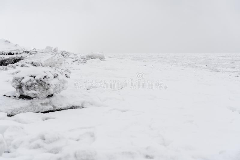 Hielo en la costa costa del Océano Pacífico foto de archivo libre de regalías