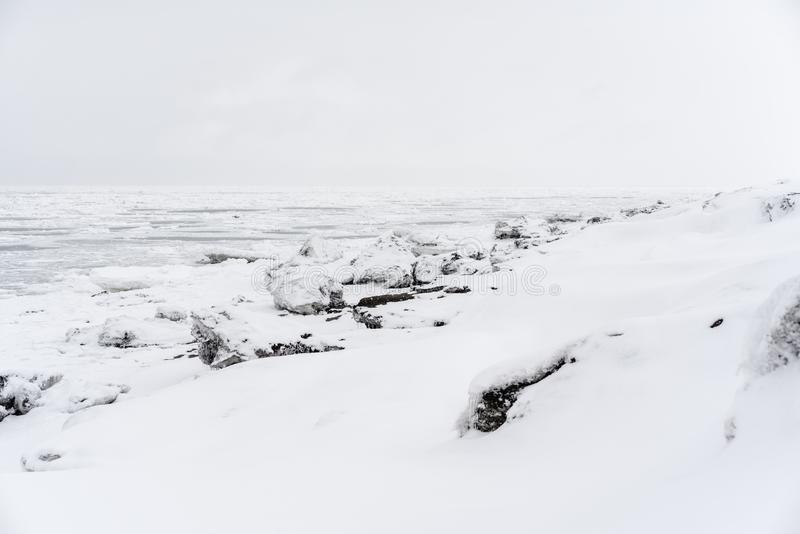 Hielo en la costa costa del Océano Pacífico imagenes de archivo