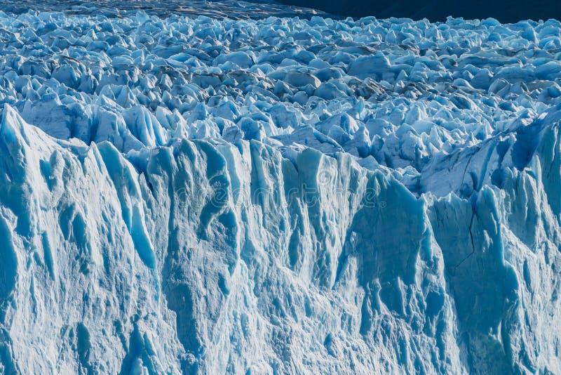 Hielo enorme azul blanco brillante del helada del glaciar en día soleado en el glaciar de Perito Moreno en el parque nacional del fotografía de archivo