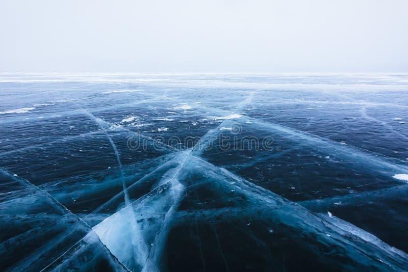 Hielo hermoso con las grietas en el lago Baikal imagenes de archivo