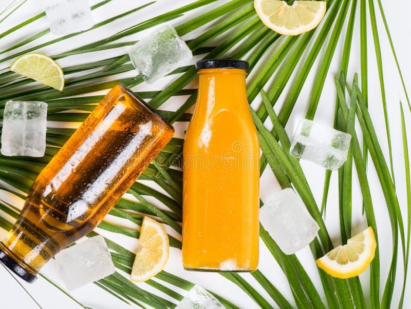 Hielo, limón y jugo Sobre vista imagen de archivo