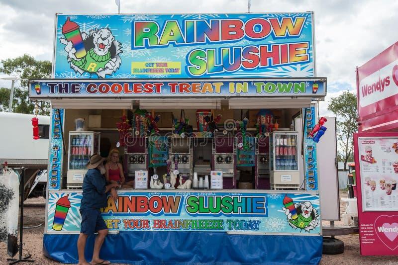 Hielo o vendedor machacado del slushie en el desfile de Pascua en el relámpago Ridge, vendiendo bebidas frías y bebidas condiment foto de archivo libre de regalías