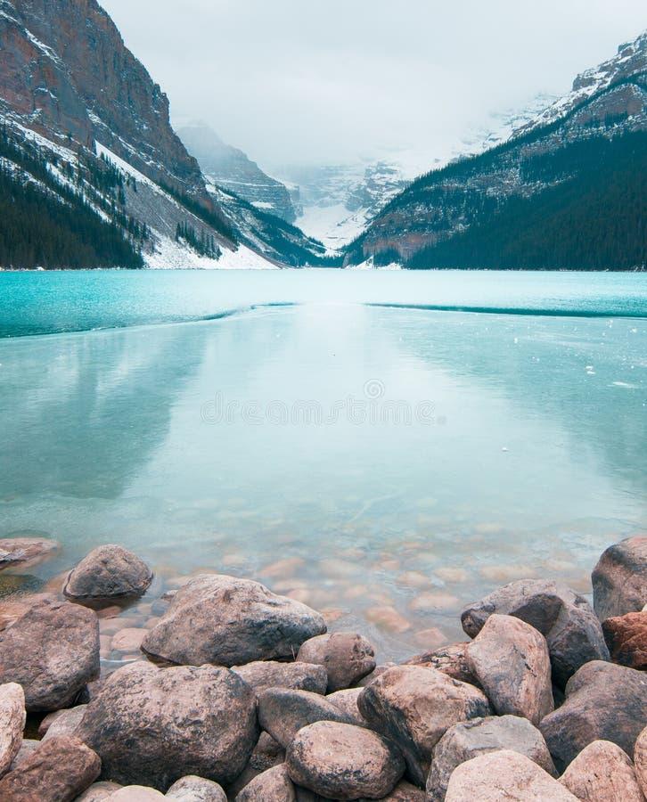 Hielo que forma en el lago Louis fotos de archivo libres de regalías