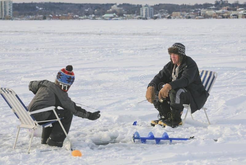 Hielo que pesca a Barrie, Ontario, Canadá fotografía de archivo