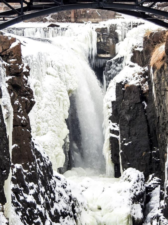 Hielo y agua en Paterson Falls, New Jersey foto de archivo libre de regalías