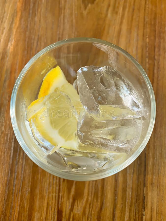 Hielo y limón de cristal en la tabla imagen de archivo