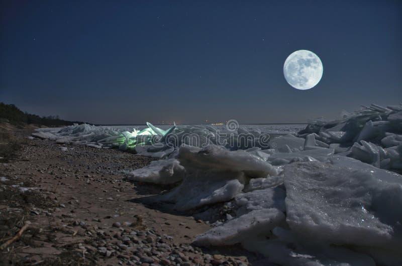 Hielo y luna surcados hermosos