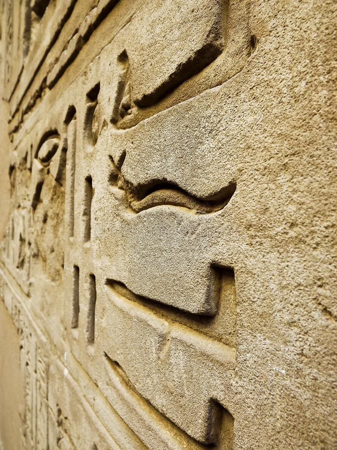 Hieróglifos antigos dos símbolos fotografia de stock