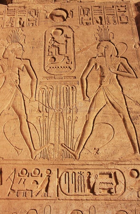 Hieróglifos antigos na parede do grande templo de Abu Simbel, fotos de stock