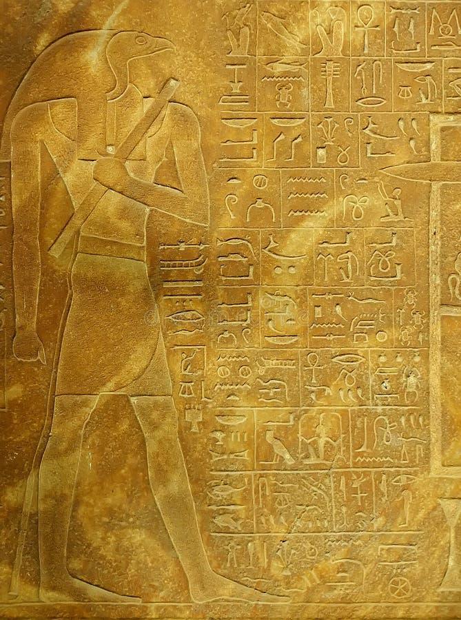 Hieróglifos antigos no museu egípcio exterior da exposição, o Cairo imagem de stock