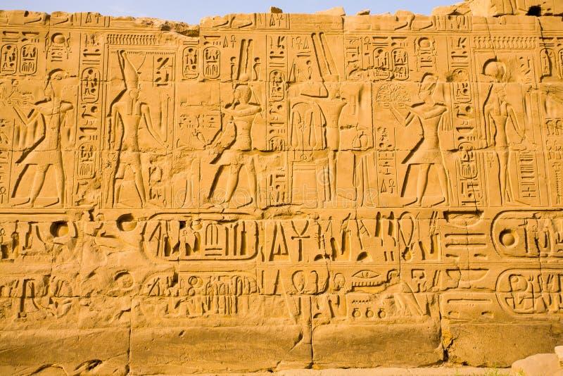 Hieróglifos no templo de Karnak imagens de stock