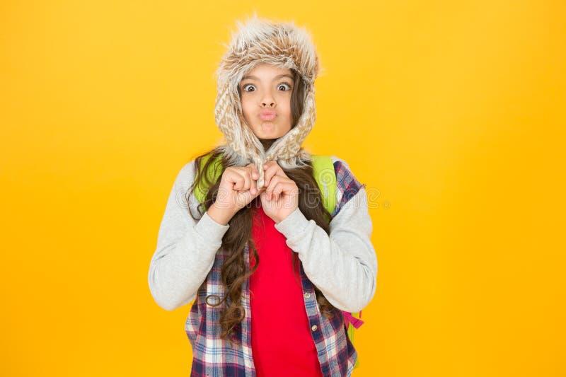 Hier bevriezen Eskimo grappig schoolmeisje probeert te genieten van zachtheid Het winterseizoen Manimode in de noordelijke regio  royalty-vrije stock afbeeldingen