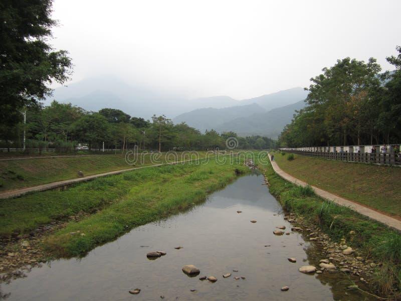 Hier is een rivier in het dorp royalty-vrije stock foto's