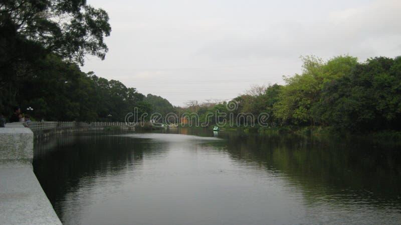 Hier is een rivier in het dorp stock foto's