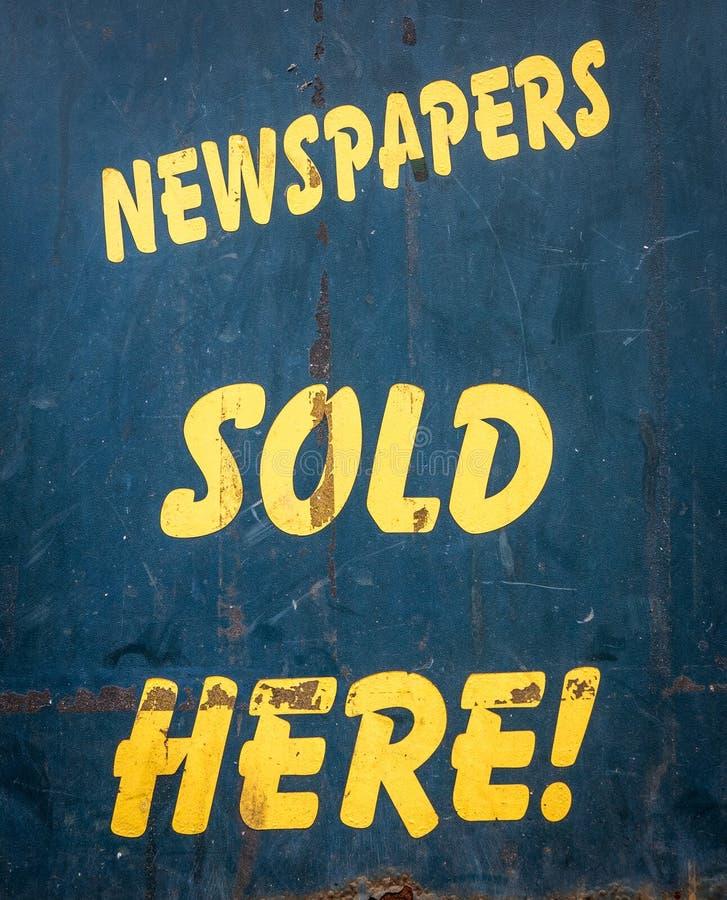 Hier Verkochte kranten royalty-vrije stock foto's