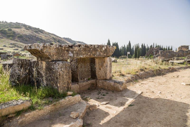 Hierapolis, die Türkei Die Ruinen der antiken Beerdigungsstrukturen im Friedhof stockfotografie