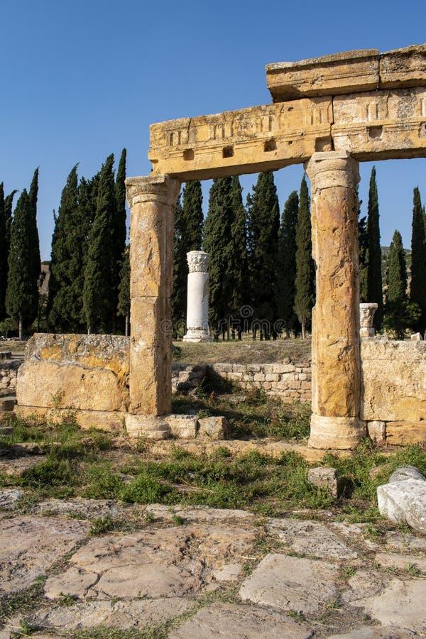 Hierapolis Pamukkale, Denizli, Turkiet, forntida stad, fördärvar, den heliga staden, roman välde som är klassisk, kolonnaden, tem arkivfoton