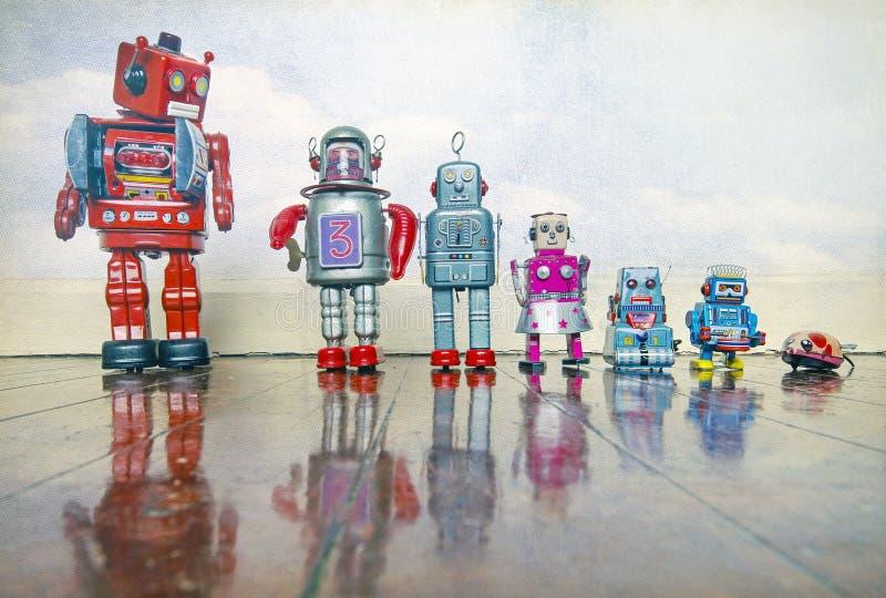 Hierarchie von Zinnspielwaren vom großen roten Roboter zu weniger Maus lizenzfreie stockfotos