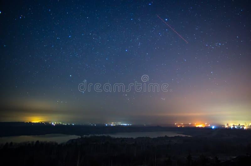 Hierba ardiendo en el campo en la noche imagen de archivo libre de regalías