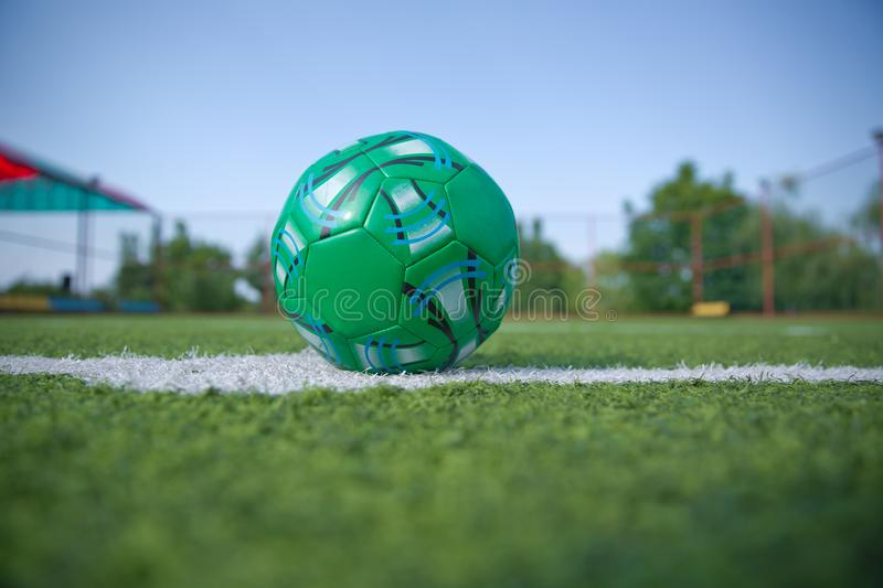 Hierba artificial de Mini Football Goal On An Dentro de campo de fútbol interior Mini balón de fútbol imagenes de archivo