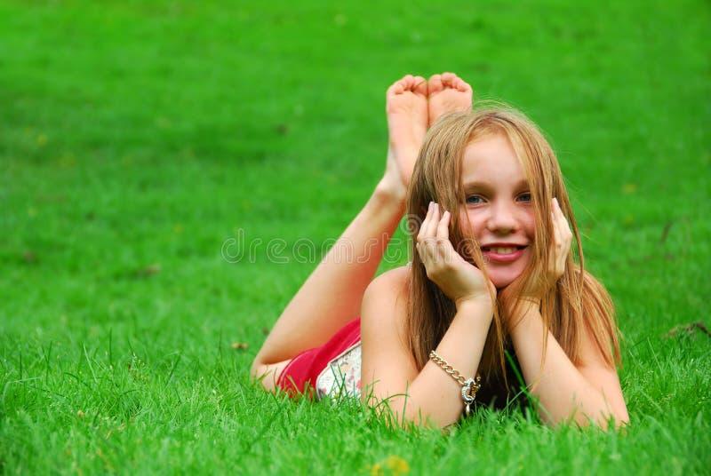 Hierba de la chica joven fotografía de archivo