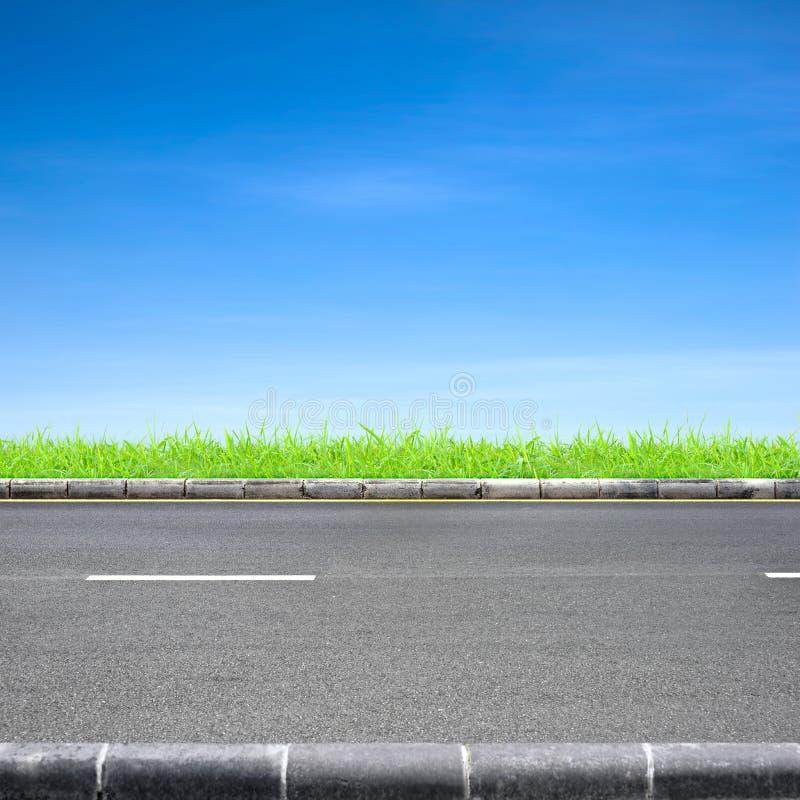 Hierba del borde de la carretera y cielo azul fotografía de archivo libre de regalías
