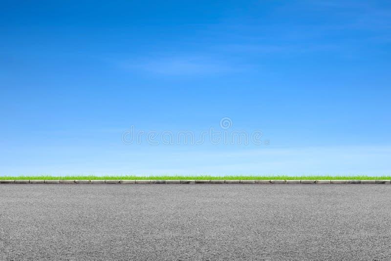 Hierba del borde de la carretera y cielo azul fotos de archivo libres de regalías