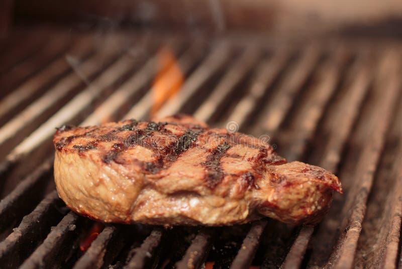 Hierba Fed Rump Steak en parrilla del carbón de leña imágenes de archivo libres de regalías