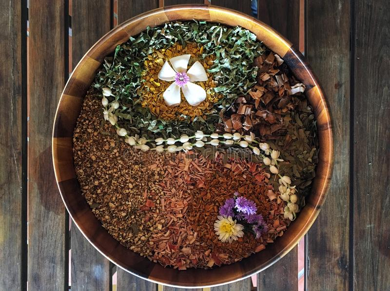 Hierba seca de la mezcla para la bola herbaria en la tabla de madera fotos de archivo libres de regalías
