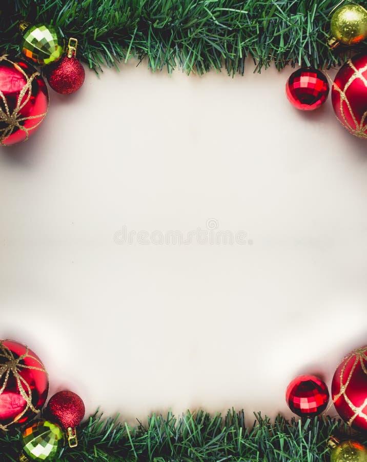 Hierba verde de la Navidad en espacio en blanco del papel viejo con las bolas y imagenes de archivo