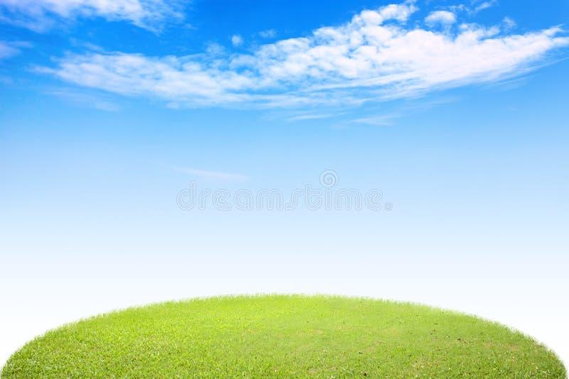 Hierba verde del círculo y cielo azul imagenes de archivo