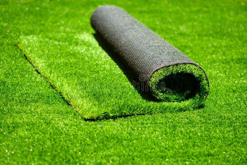 Hierba verde rodada artificial imagenes de archivo