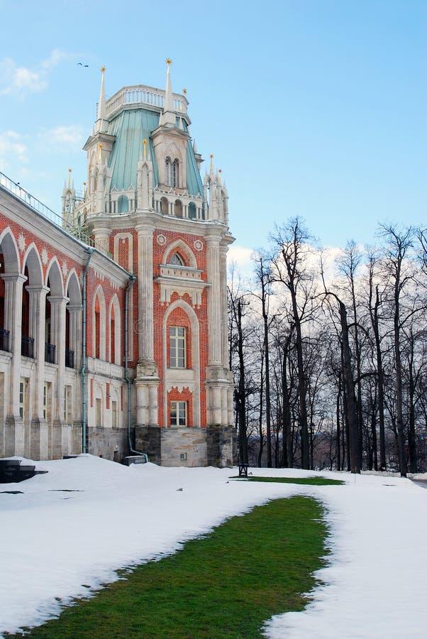 Hierba verde y nieve Invierno ruso imágenes de archivo libres de regalías