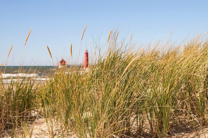 Hierba y faro de la duna imagen de archivo libre de regalías