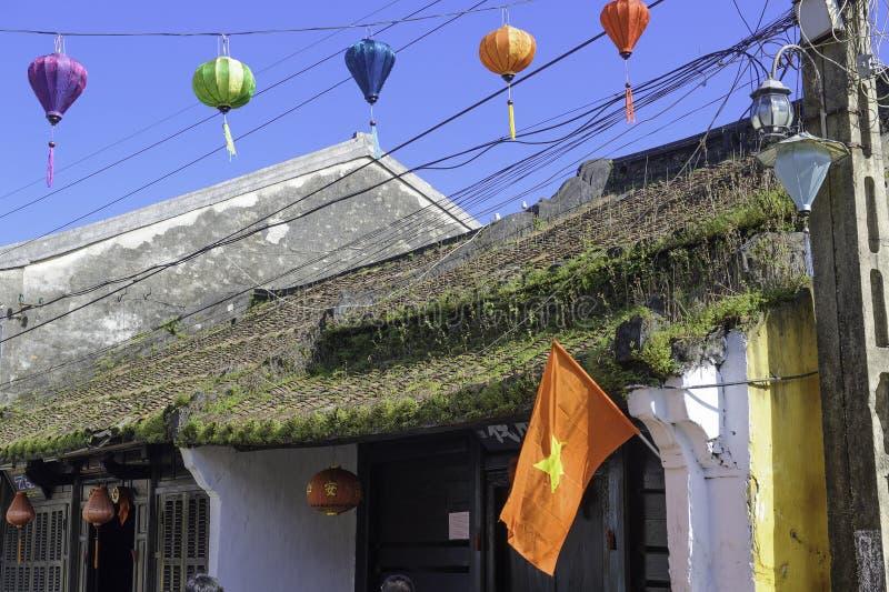 Hierba y musgo en el tejado hoi-an imagenes de archivo
