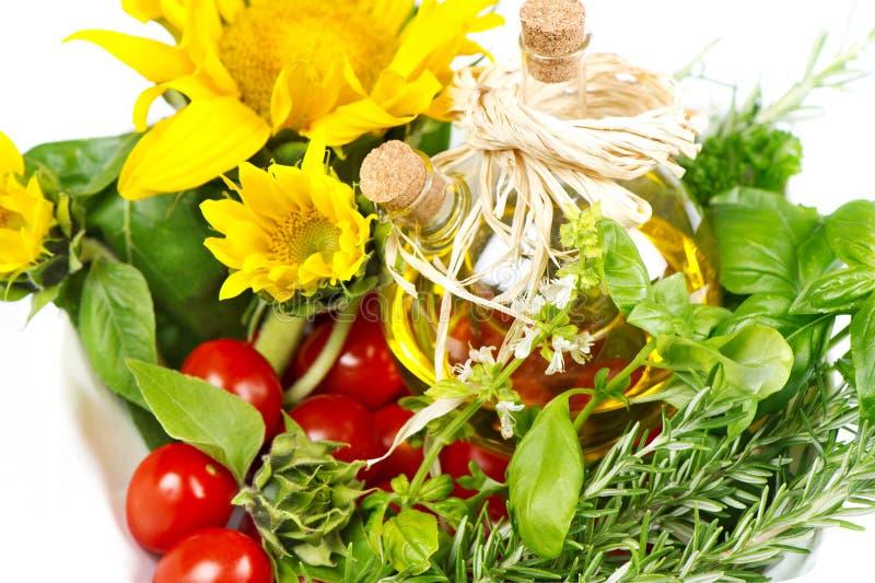 Hierbas con los tomates, los girasoles y el petróleo fotos de archivo libres de regalías