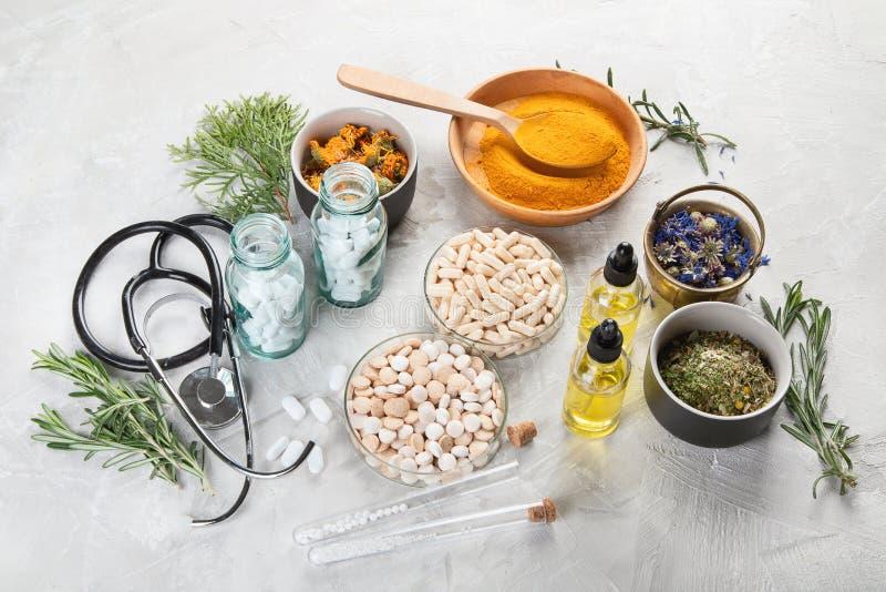 Hierbas de la medicina alternativa y glóbulos homeopáticos imágenes de archivo libres de regalías