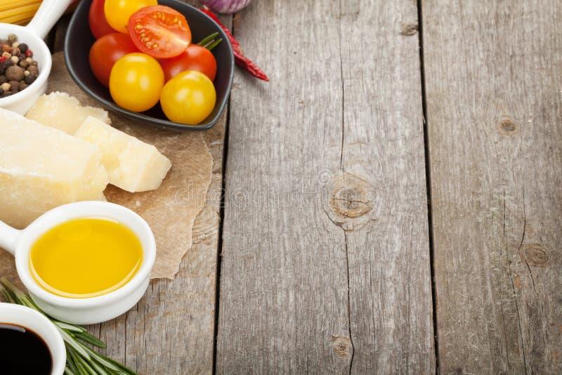 Hierbas, especias, tomates y queso foto de archivo