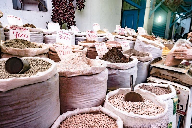 Hierbas, especias y condimentos en el mercado del este foto de archivo libre de regalías