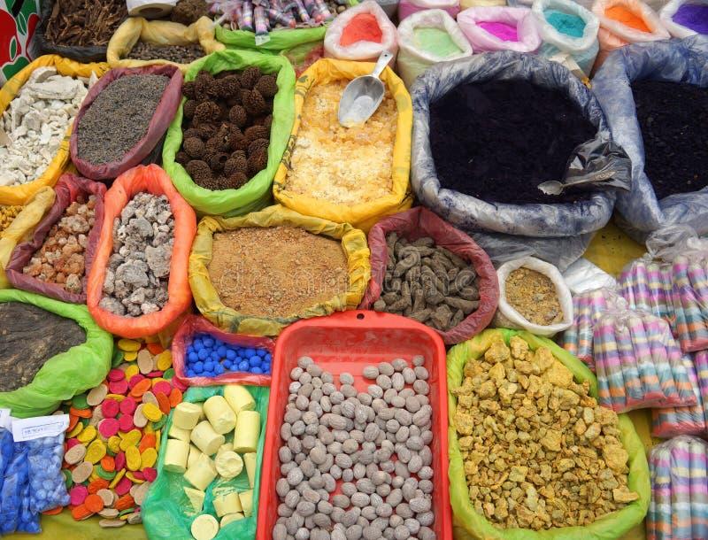 Hierbas, pociones y polvos Mercado en Pukara, Puno, Perú imagen de archivo libre de regalías