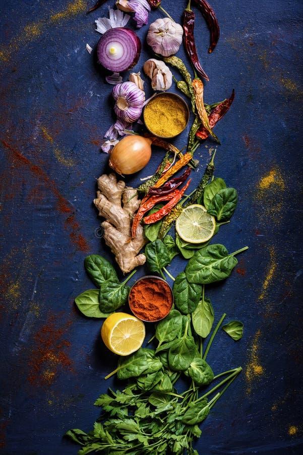 Hierbas, verduras y especias frescas, orgánicas, sanas en azul imagenes de archivo