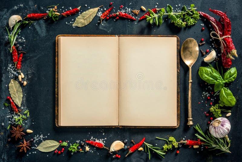 Hierbas y especias con un libro de la receta fotos de archivo