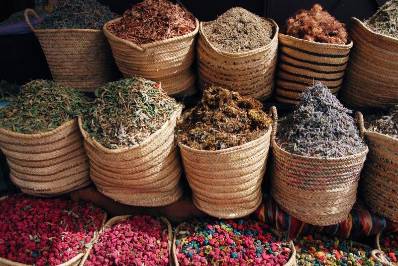 Hierbas y flores secadas en las cestas fotografía de archivo