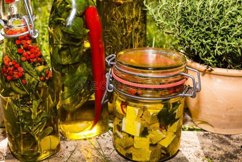 Hierbas y queso de las ovejas en aceite imágenes de archivo libres de regalías