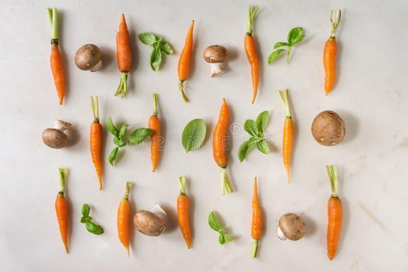 Hierbas y zanahorias de la cocina foto de archivo libre de regalías