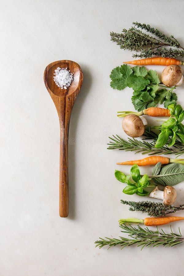 Hierbas y zanahorias de la cocina fotos de archivo libres de regalías
