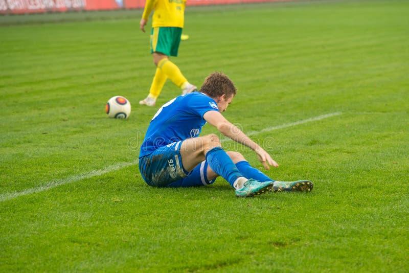 Hieren a un jugador en el juego de fútbol fotos de archivo