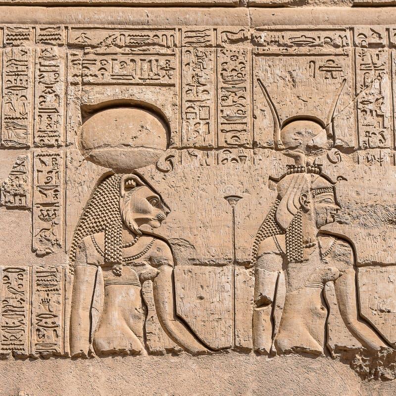 Hieroglify przy Antyczną świątynią w Kom Ombo zdjęcia royalty free